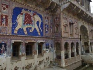 Façade colorée de l'haveli restauré par Nadine Le Prince à Fatehpur, Shekhawati