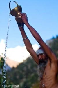 Un sadhu procède au rituel des ablutions dans les eaux sacrées du Gange