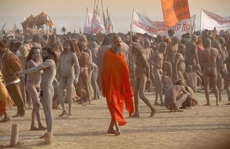 Plus ou moins habillés, les sadhus se joignent massivement aux processions de la Kumbh Mela