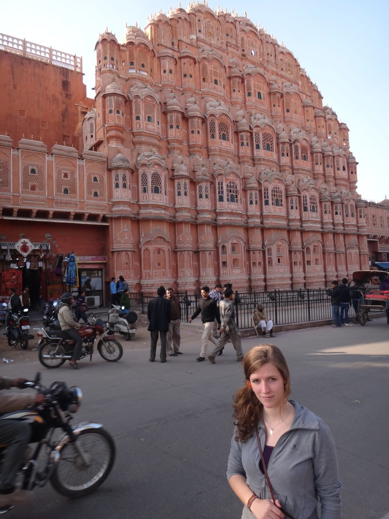 Alice devant le Palais des Vents à Jaipur, Rajasthan