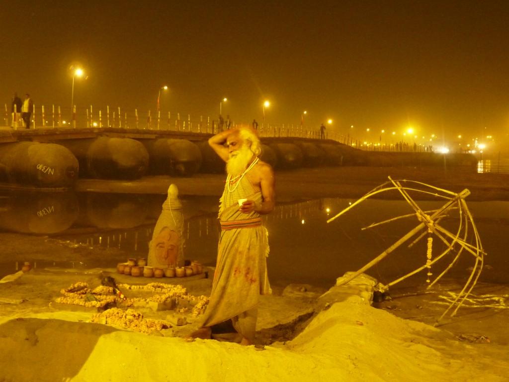 Sâdhu plus que locace installé au bord du Gange, Kumbh Mela 2013, Allahabad