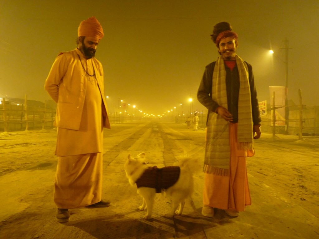 Deux babas et leur chien dans les allées de la Kumbh Mela, Allahabad 2013