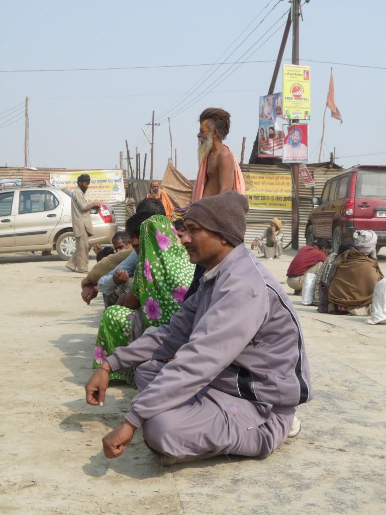 Distribution de nourriture gratuite devant un camp