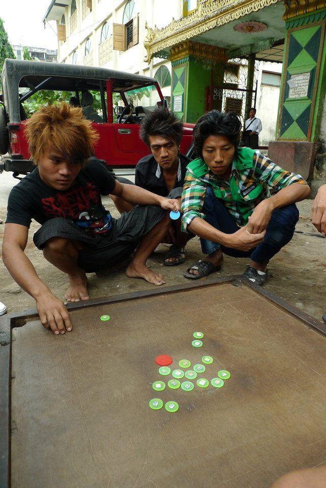 néo-punks birmans jouant au go