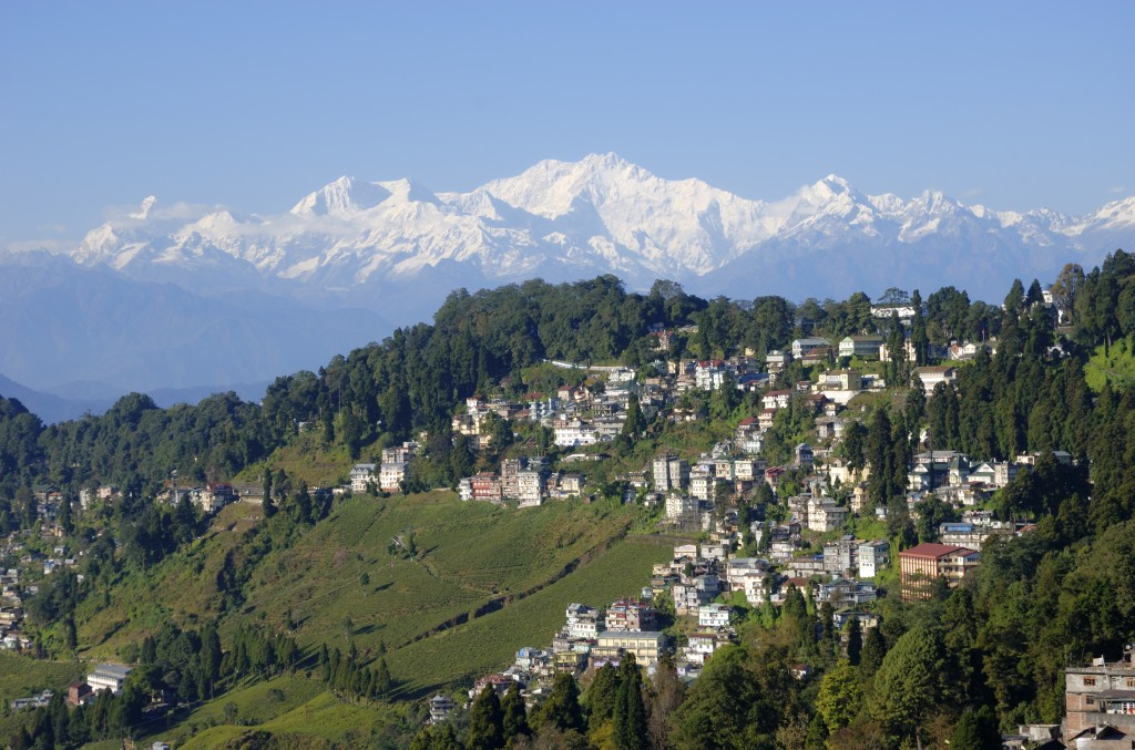 Vue de Darjeeling avec le Kangchenjunga en arrière-plan