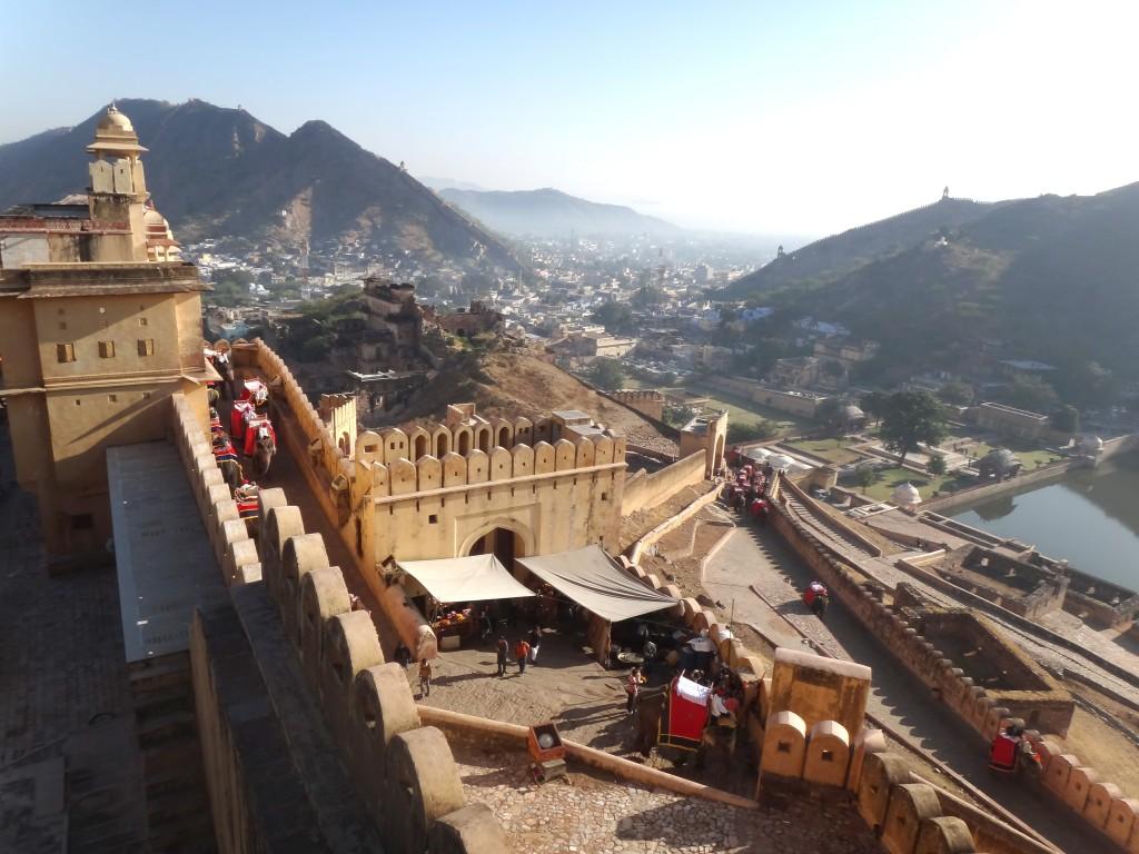 Vue du fort d'Amber avec ses éléphants au Rajasthan