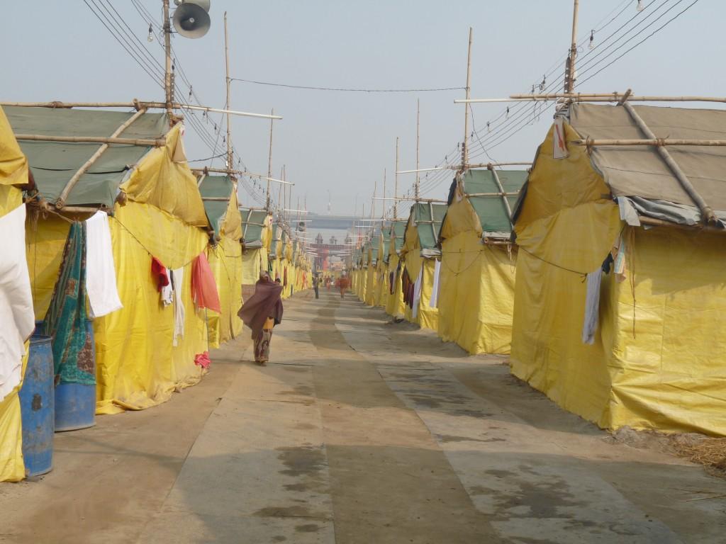 L'allée principale d'un camp à Sargam