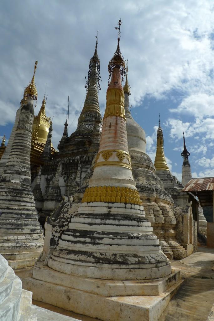 Stupas au bord du Lac Inle, en Birmanie