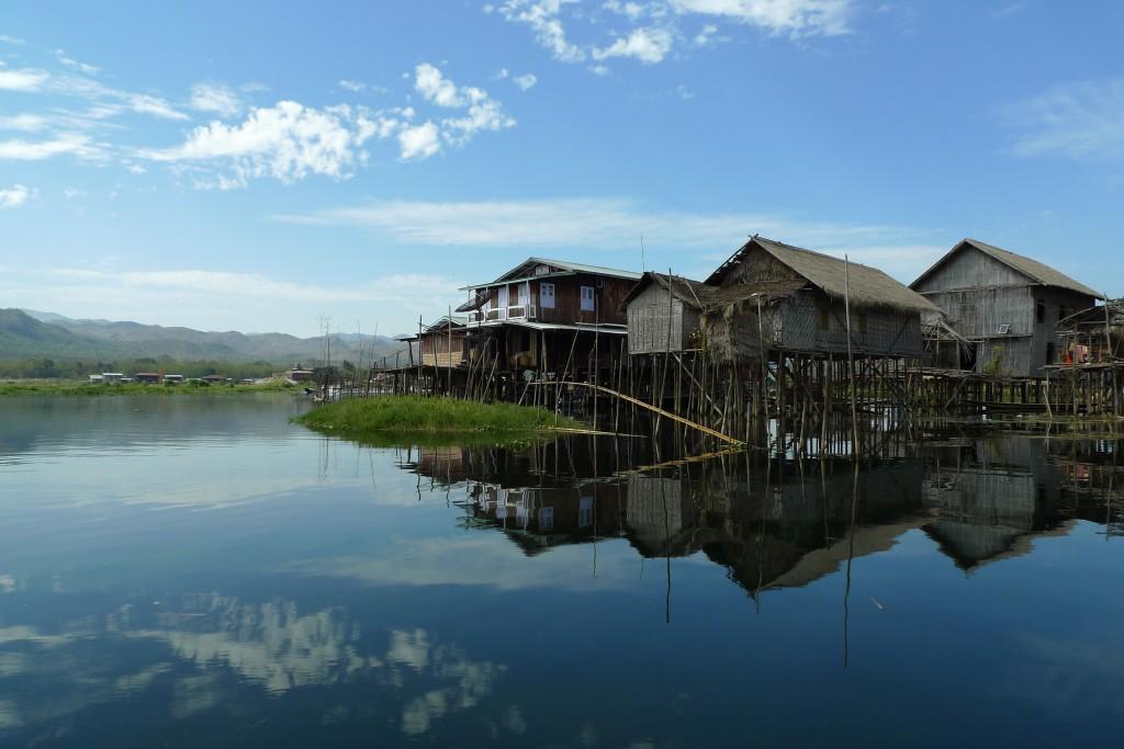 Habitations flottantes sur le lac Inle en Birmanie