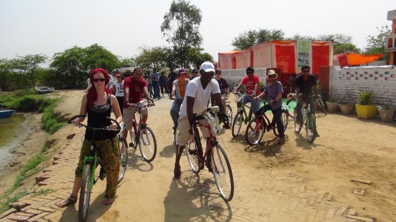 Course de vélo autour du village