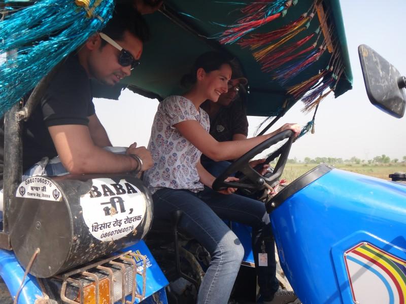Conduite de tracteur dans les champs