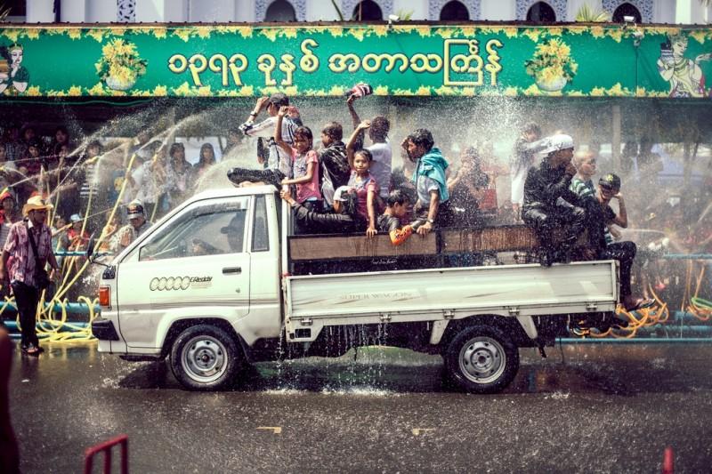 Les Birmans célèbrent la fête de l'eau
