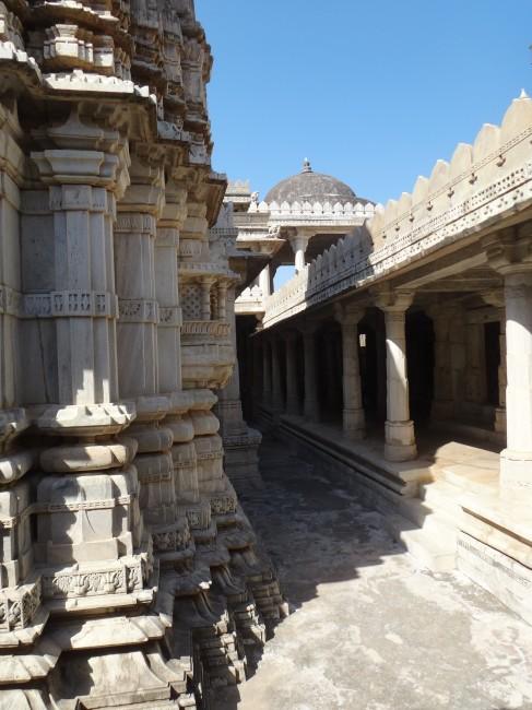 le temple d'Adinatha aux 1400 piliers