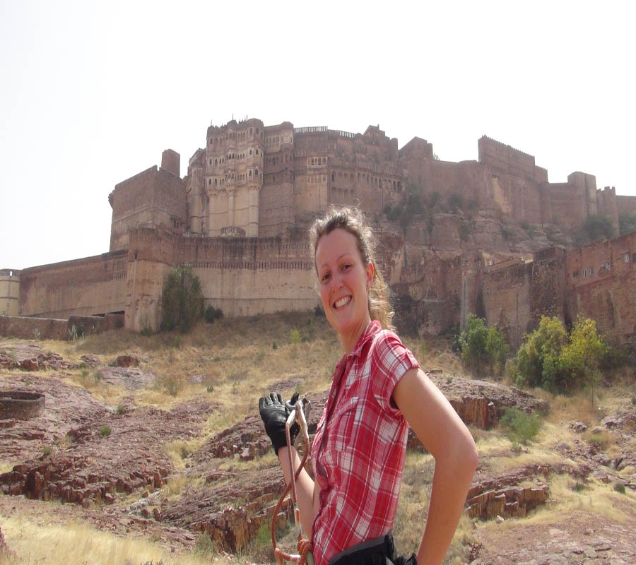 Isabelle vor dem Mehrangarh Fort