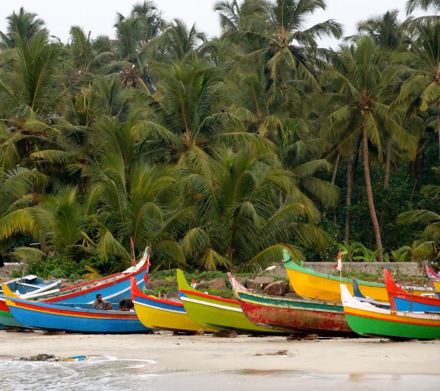 Embarcations de pêcheurs sur la plage