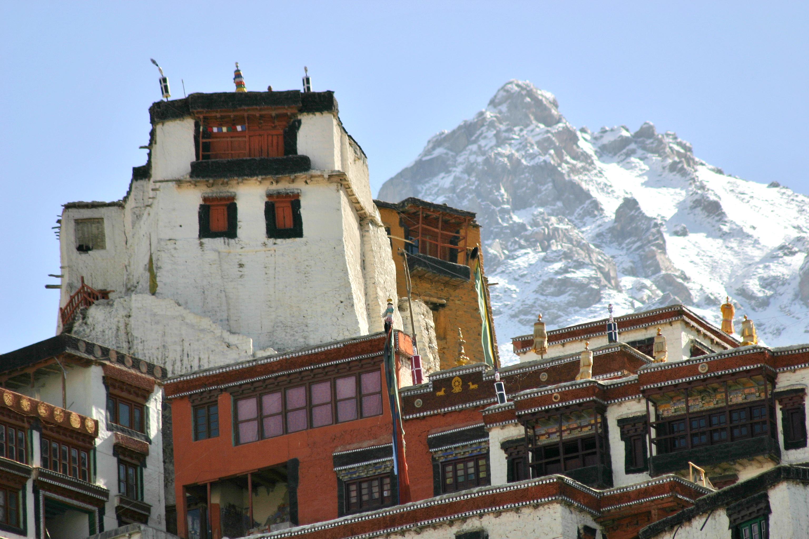Monastère bouddhiste dans les montagnes