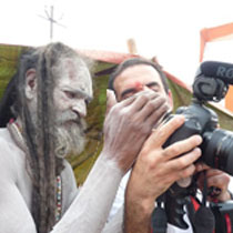 Equipe de tournage en Inde avec un sadhu