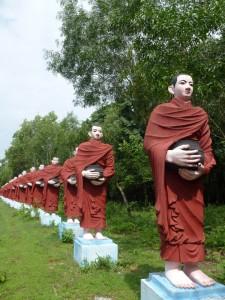 Statues de moines en Birmanie