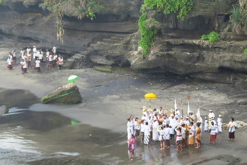 Procession sur la plage à Tanah Lot