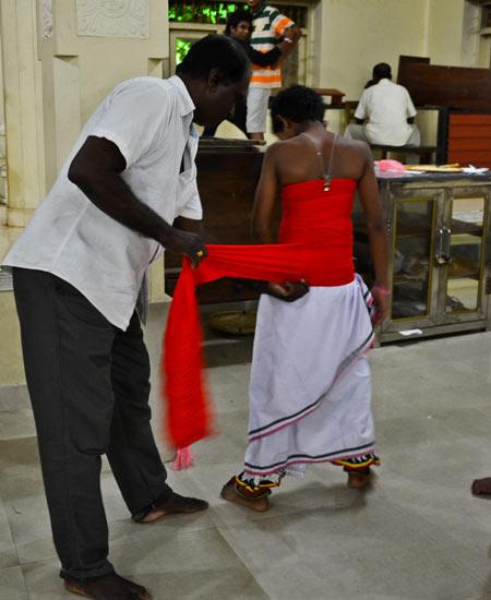 Un-danseur kandyen revêt son habit de fête
