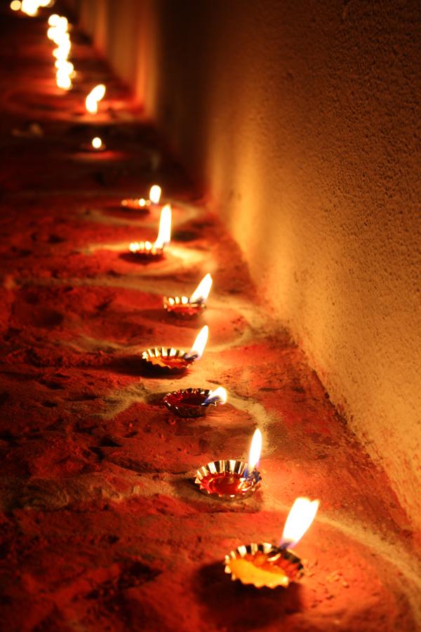 Bougies à l'entrée des maisons