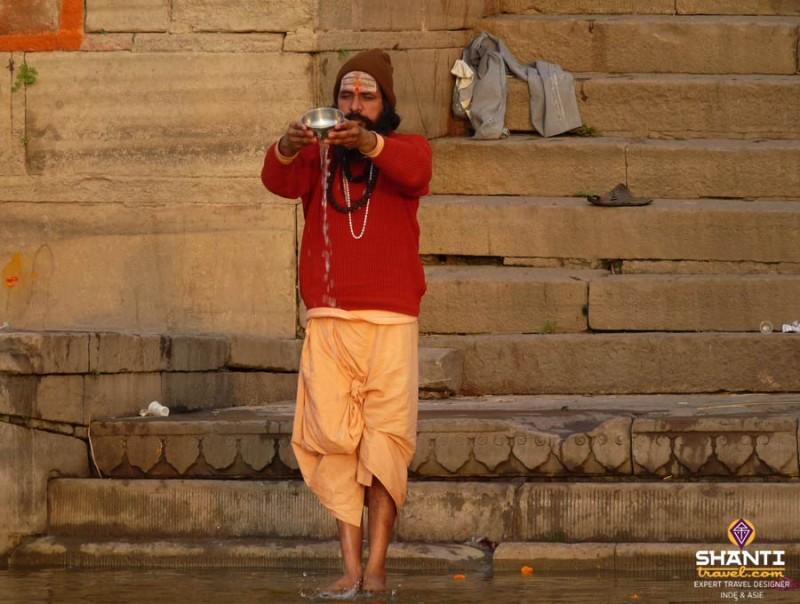 Sadhû au bord du Gange