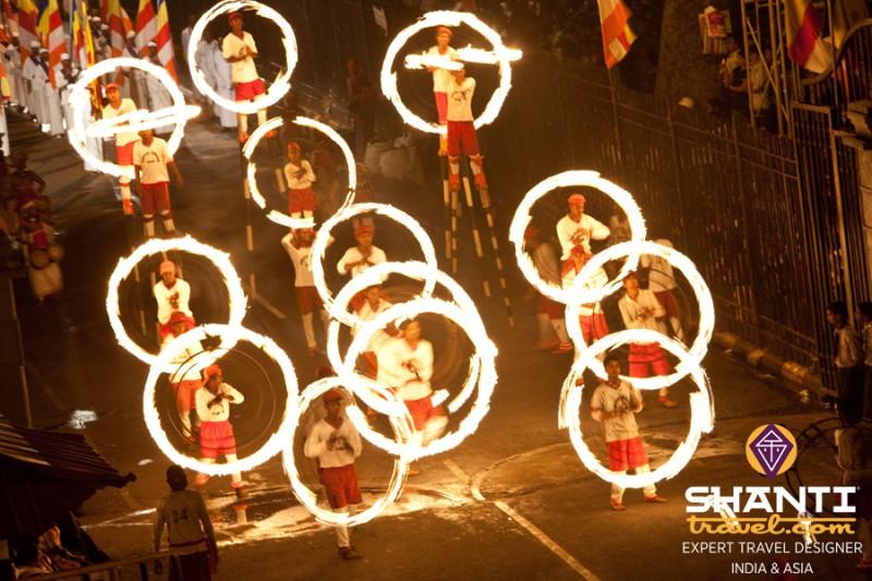 Danseurs feu Kandy Esala Perahara