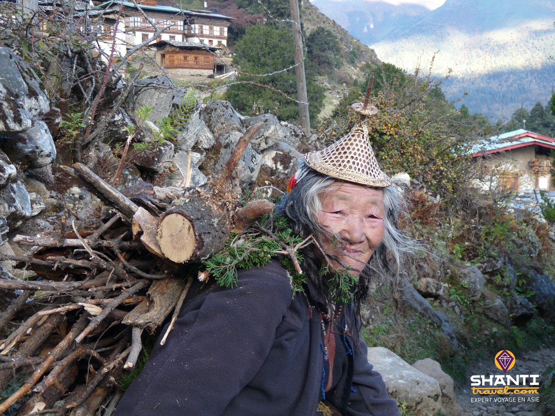 Vieille femme bhoutanaise