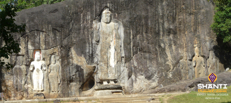 Bouddha droit dans la pierre