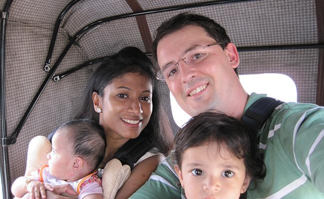 Jeevanthy, Thomas et leurs filles en tuk tuk lors de leur voyage au sri Lanka