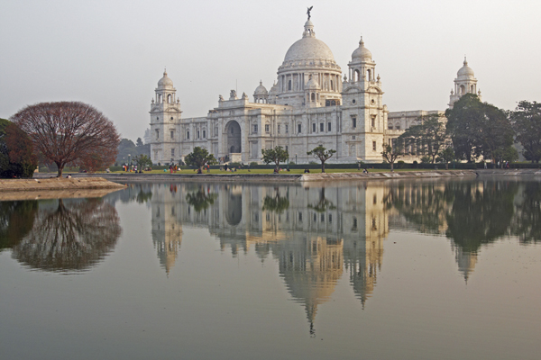 Kolkata_Victoria-Memorial-reflected-in-an-ornamental-lake-at-dusk